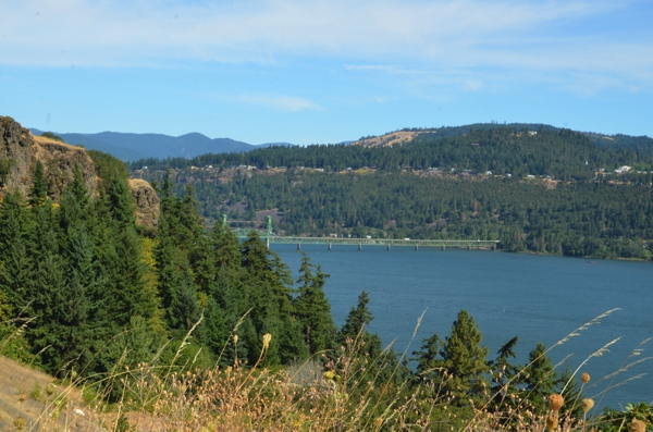 A view of the bridge that joins Hood River, Oregon to Washington State