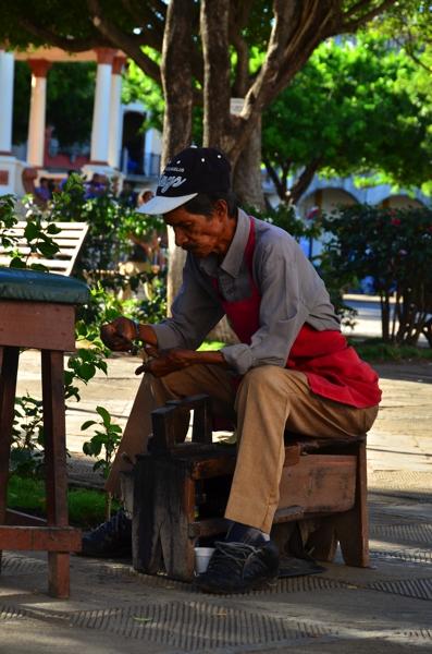 A shoeshine man in Parque Colón