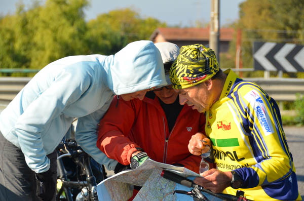 Gerald and I putting our heads together with an Italian cyclist to find the way to Rome.